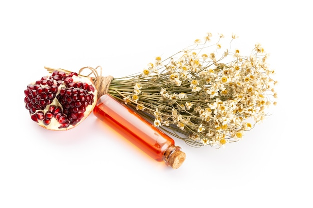 라벤더와 석류 천연 화장품, 흰색 배경에 수제 스파에 대 한 상위 뷰 모의.