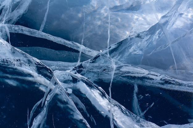 Природный треснувший голубой лед на байкале