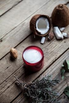 自分の世話をするナチュラルクリーム。木製のテーブルの上のココナッツとラベンダーの風景。健康と美しさ。