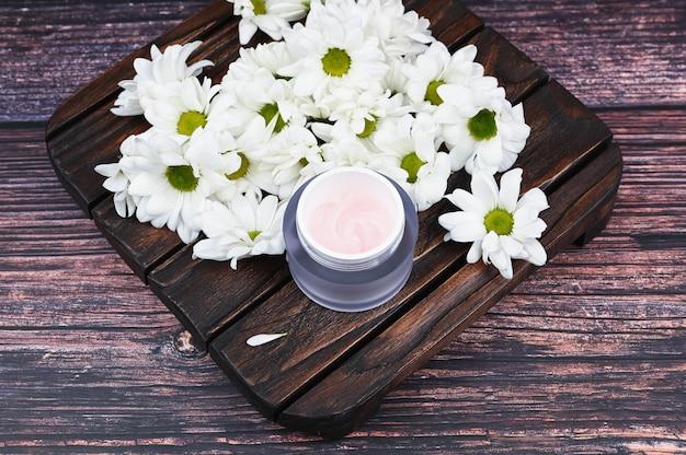 Натуральные кремы для здоровой кожи. натуральная косметика. концепция натуральной медицины. эко медицина. плоская планировка