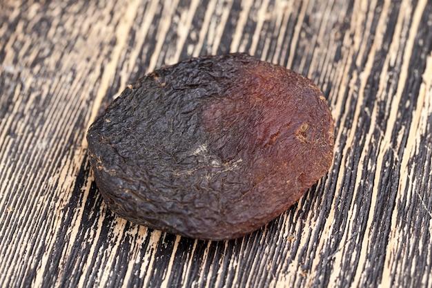 Натуральные конфеты темного цвета из плодов абрикоса, натуральной кураги на солнце