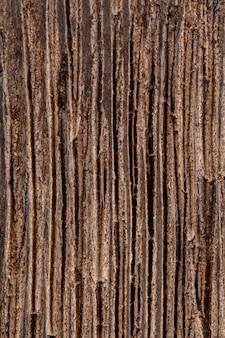 Естественная темная деревянная кора дерева раздели текстуру фона, вертикальные