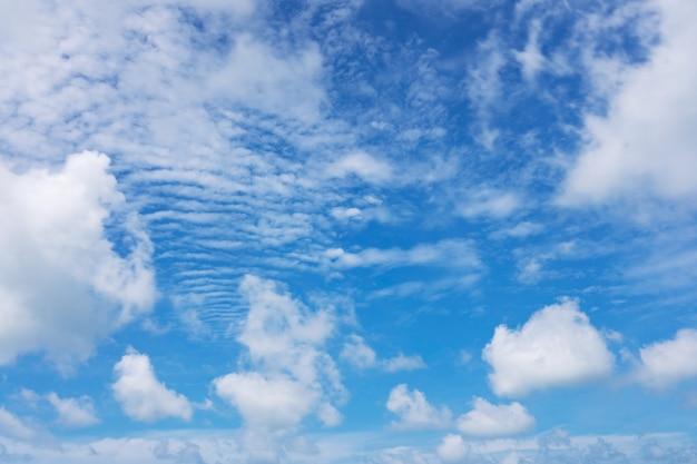 자연광 좋은 날씨에 푸른 하늘과 흰 구름