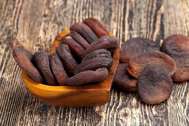 日光の下で自然乾燥したアプリコット、アプリコットフルーツから作られた自然な濃い色のお菓子
