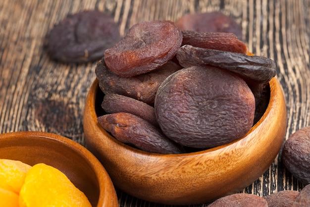 Натуральные курага на солнце, натуральные сладости темного цвета из плодов абрикоса