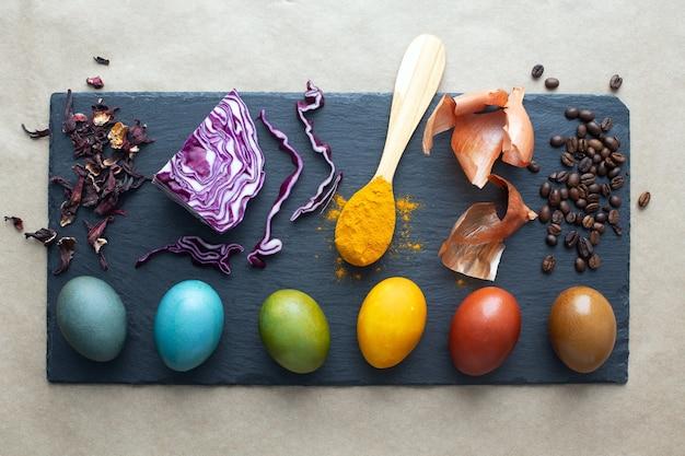 イースターエッグ用の天然染料-カーケード、赤キャベツ、ターメリック、タマネギの皮、コーヒー。