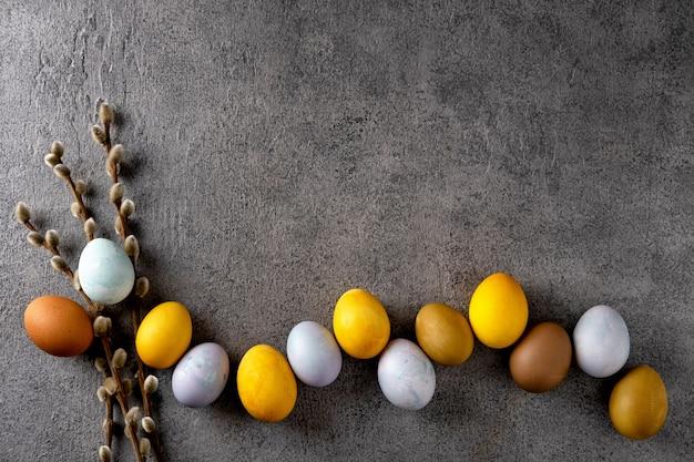 Натуральные крашеные пасхальные яйца. пасхальная композиция на сером фоне бетона.