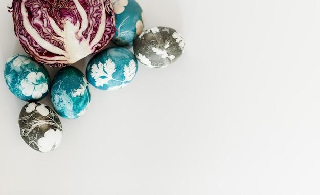 천연 부활절 달걀 염료. 파란색으로 부활절 염색된 계란입니다. 붉은 양배추로 부활절 달걀을 염색합니다. 식용 색소를 사용한 자연 생태 염색. 천연 페인트로 채색된 계란 평면도