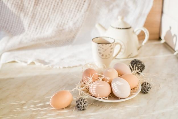농장의 테이블에 자연 부활절 달걀입니다. 부활절. 농산물. 친환경 제품