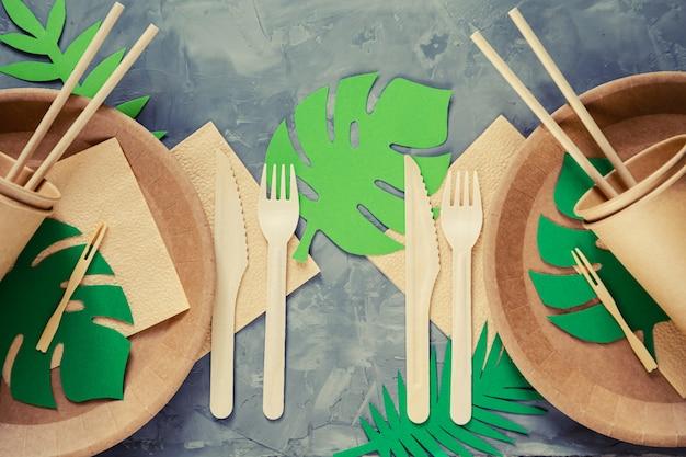 Натуральная экологически чистая посуда из бамбука и бумаги. концепция утилизации, сохранения природы и сохранения земли. выборочный фокус.