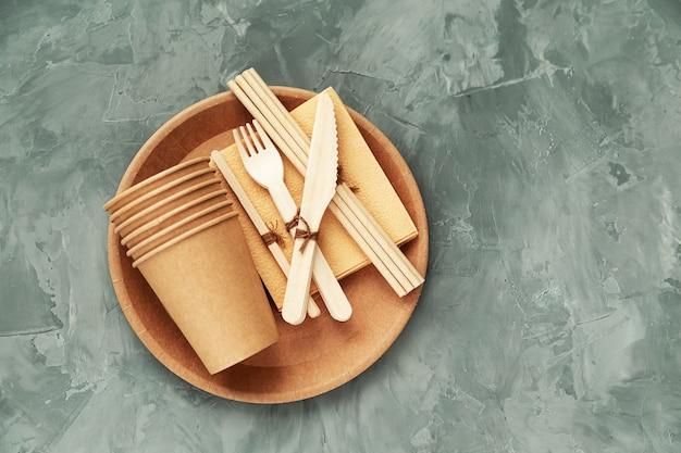 自然環境にやさしい竹と紙の食器。リサイクル、自然保護、地球を救うというコンセプト。
