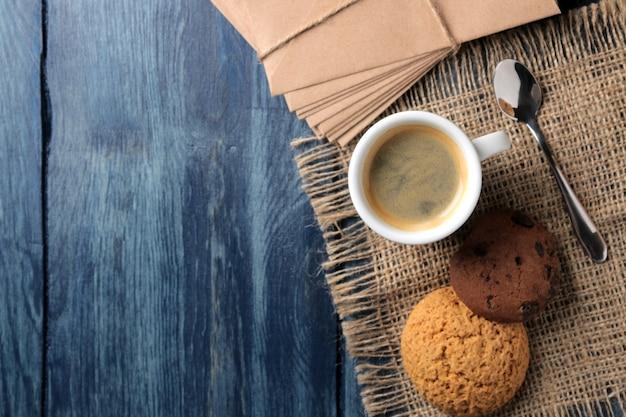 세라믹 커피 컵에 담긴 천연 에스프레소 커피와 푸른 나무 테이블에 쿠키. 위에서 보기