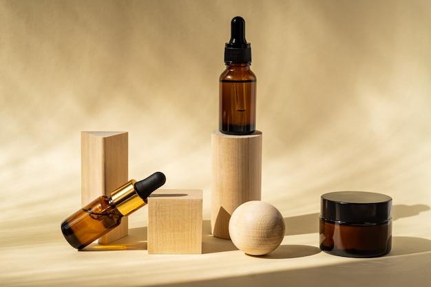 木製の表彰台に茶色のガラス瓶に入った天然エッセンシャルオイルまたは美容液