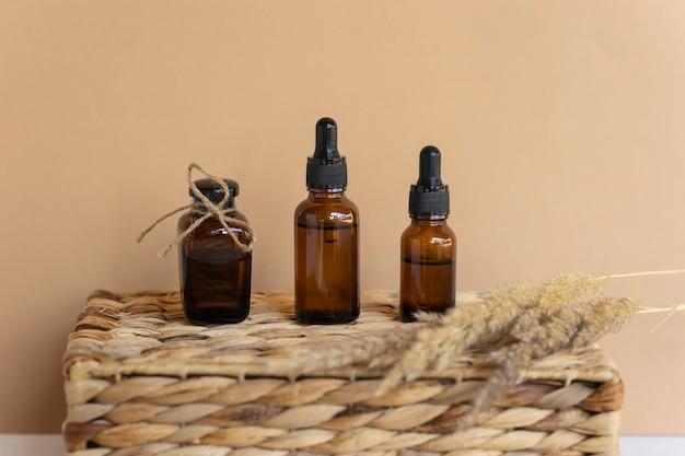 天然エッセンシャルオイル、スポイトボトルの美容液。天然の無印の化粧品
