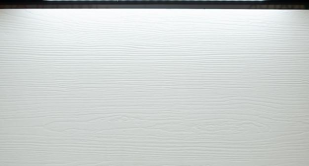 Натуральная выраженная текстура древесины белого цвета с глубокими тенями.