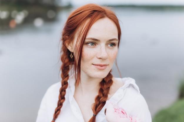 Естественное лицо веснушки случайный женский портрет образ жизни красота девушка с косичками и цветами