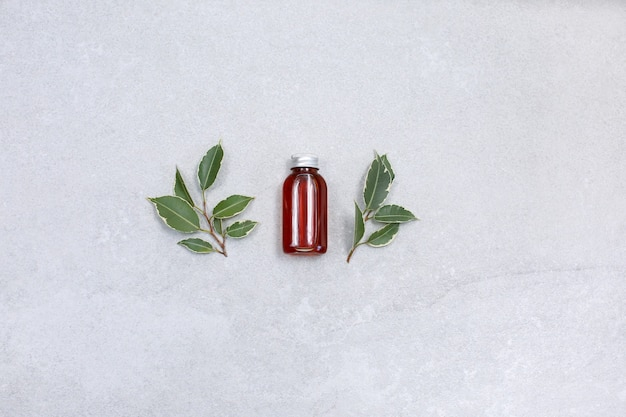 Натуральная сыворотка для лица, ботулин и гиалуроновая кислота на каменном столе.