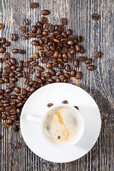 芳香性のコーヒーを挽いて作る準備ができている天然の新鮮な焙煎コーヒー豆、天然食品、カフェイン入りの有害な飲み物、クローズアップ