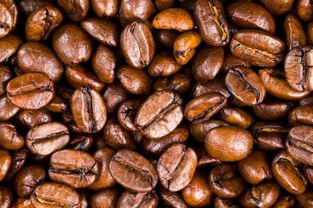 芳香性のコーヒー、自然食品、カフェインを含む有害な飲み物を挽いて作る準備ができている天然の新鮮な焙煎コーヒー豆