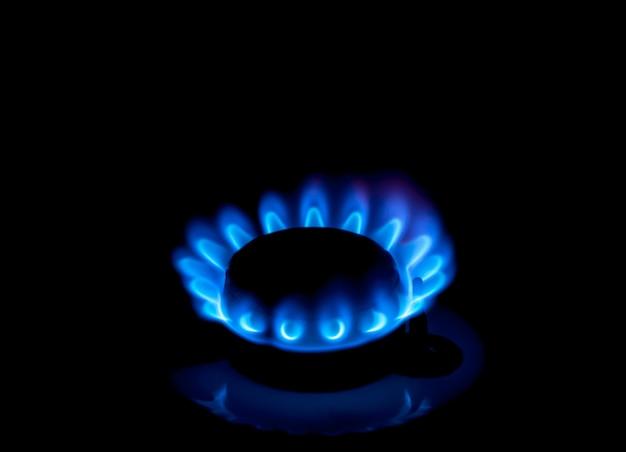 Природный газ горит синим пламенем на черном фоне