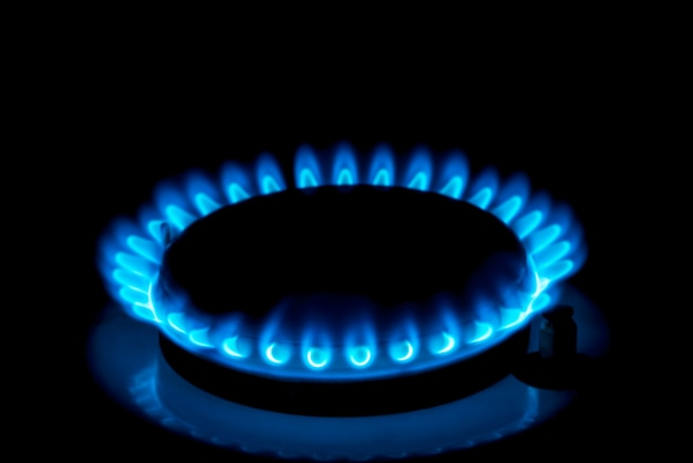 검은 배경에 푸른 불꽃을 태우는 천연 가스