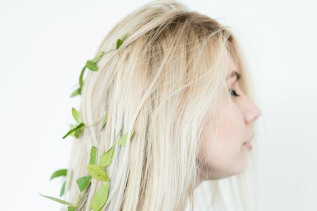自然な髪の化粧品。有機ハーブシャンプー。グリーンビューティーケア製品。