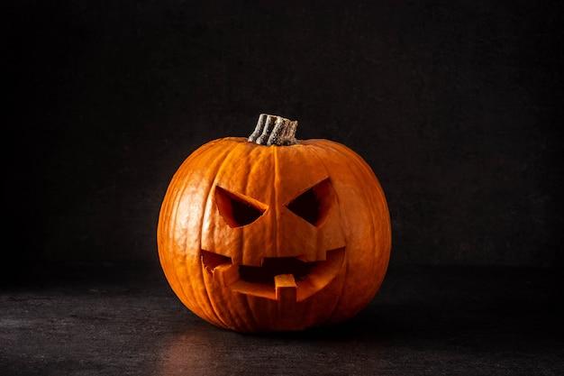 Натуральная тыква хэллоуин на черном фоне