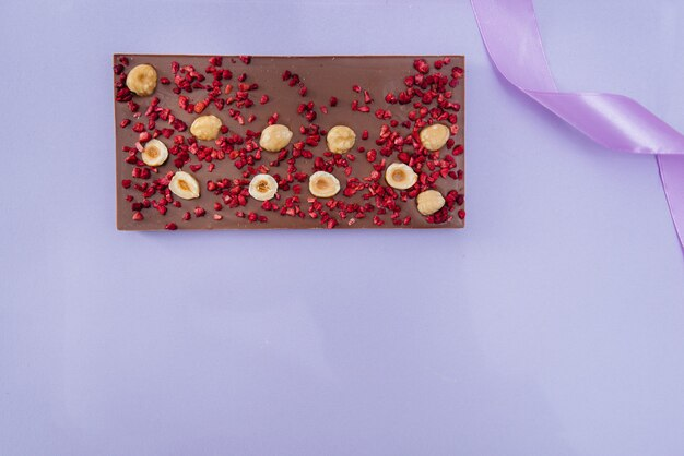 Натуральный шоколад ручной работы крупным планом на ярком фоне.