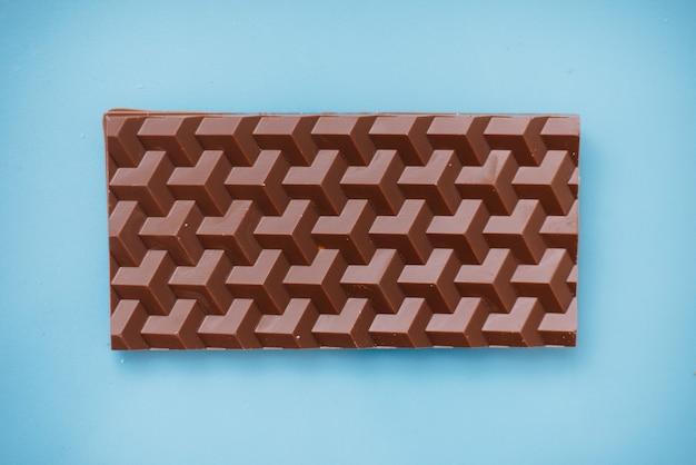明るい背景に自然な手作りチョコレートのクローズアップ。