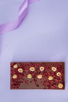 明るい上に自然な手作りチョコレートのクローズアップ。