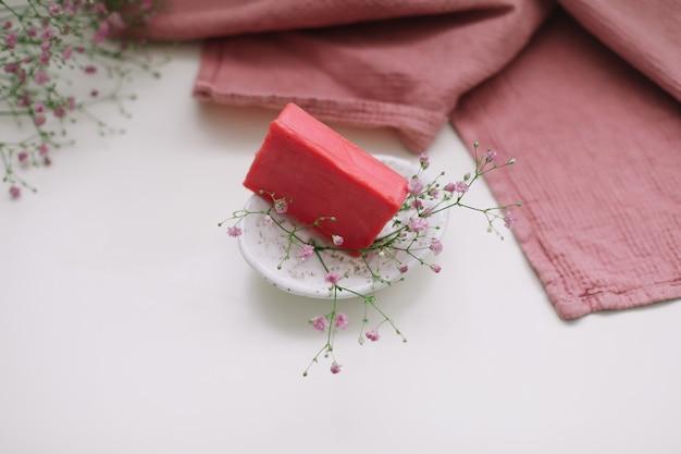 セラミック石鹸皿と花スパ有機石鹸持続可能なライフスタイルを備えた天然手作り石鹸バー