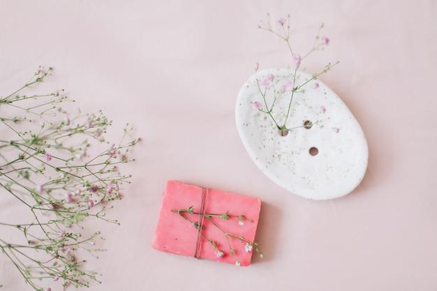 Натуральное мыло ручной работы с керамической мыльницей и цветами спа органическое мыло экологичный образ жизни