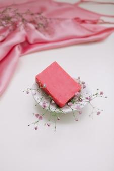 Натуральное мыло ручной работы с керамической мыльницей и цветами