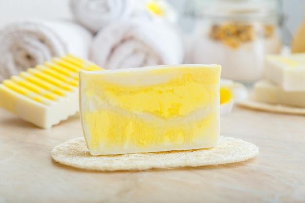 천연 수제 비누 바. 올리브 오일 버터로 만든 노란색 비누 바 천연 diy 화장품. 위생 스킨케어를 위한 세면도구 및 목욕 화장품.