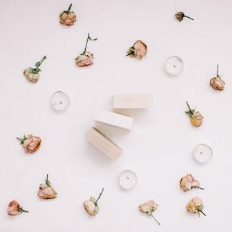 흰색 테이블에 꽃의 프레임에 천연 수제 비누