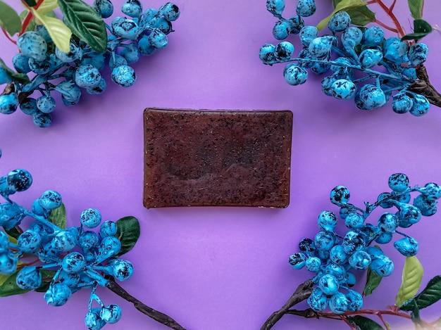 딸기와 보라색 장식의 천연 수제 비누.