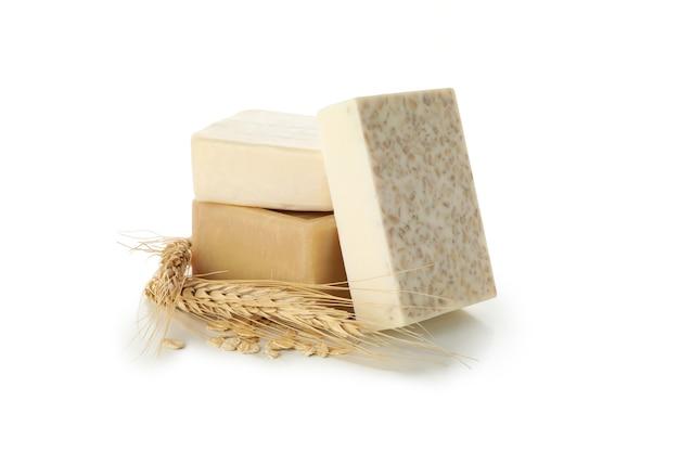 白い背景で隔離の天然手作り石鹸