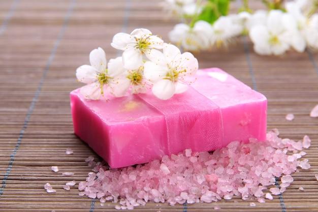 竹マットに天然の手作り石鹸
