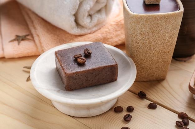 木製のテーブルにコーヒーを入れた自然な手作り石鹸