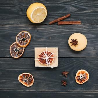 オレンジとシナモンの乾燥スライスを使用した天然の手作り石鹸