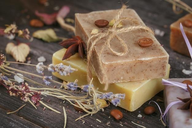 塩、コーヒー豆、シナモン、アニススター、乾燥ラベンダーの花を使った天然の手作り石鹸
