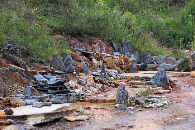 ロシアの北コーカサスの岩の多い尾根にある自然治癒力のある鉱泉
