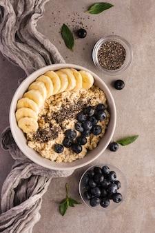 Натуральные здоровые десерты и серая ткань