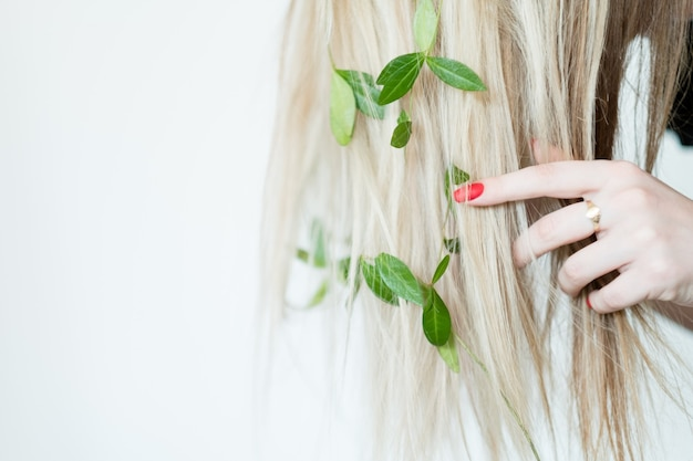 自然で健康な髪の化粧品。有機ハーブシャンプー。グリーンビューティーケア製品。