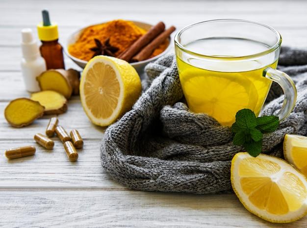 インフルエンザに対する伝統的な薬や薬の代わりに自然で健康的なウコン飲料