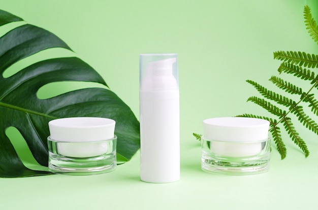 Натуральный косметический продукт на травах для ухода за кожей. сыворотка, крем и маска