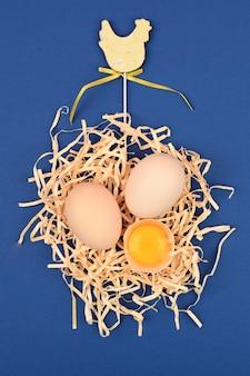 トレイに自然な自家製卵。白とピンクの背景に卵のトレイ。睾丸とエコトレイ。ミニマルなトレンド、トップビュー。卵トレイ。イースターのコンセプトです。