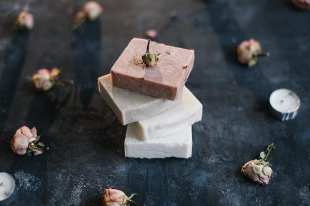 Натуральные брусочки домашнего мыла и цветы spa concept средства по уходу за телом