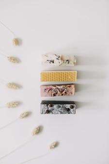 Натуральные домашние мыльные бруски на белой поверхности спа-концепция по уходу за телом