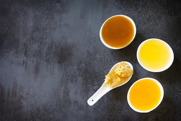 自然な蜂蜜の背景さまざまな蜂蜜と甘いハニカム